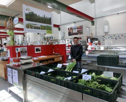 Sabina al banco del Mercato coperto di Como