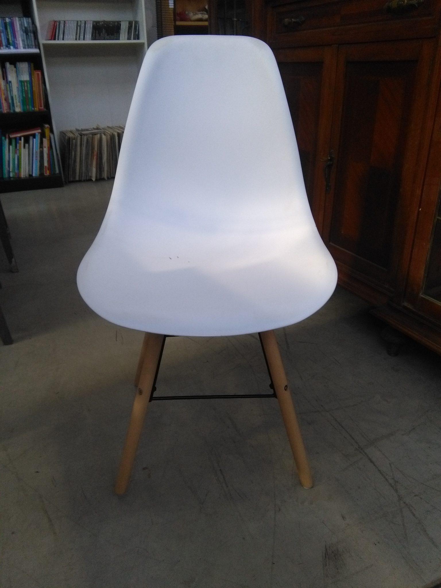 Sedia bianca design moderno si pu fare for Seggiole moderne